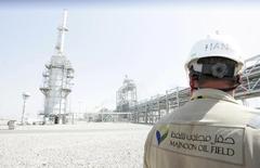 Рабочий на нефтяном месторождении Меджнун недалеко от Басры. 6 октября 2013 года. Royal Dutch Shell рассматривает продажу своей доли в нефтяных месторождениях в Ираке в рамках глобальной $30-миллиардной программы реализации активов, сообщили в понедельник источники в отрасли. REUTERS/Essam Al-Sudani