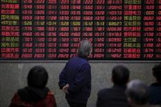 """Инвесторы смотрят на табло с данными о торгах в брокерской компании в Шанхае. Китайский индекс """"голубых фишек"""" CSI300 вырос во вторник, завершив в плюсе седьмую сессию кряду и достигнув пика 11 месяцев.  REUTERS/Aly Song/File Photo     TPX IMAGES OF THE DAY"""