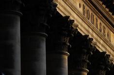 Hormis une place de Londres plombée par sa forte pondération minière, les Bourses européennes évoluent en hausse modérée mardi à mi-séance. À Paris, le CAC 40 prend 0,55% (+24,86 points) à 4.535,25 points vers 11h50 GMT. À Francfort, le Dax avance de 0,05% mais, à Londres, le FTSE cède 0,56%. /Photo d'archives/REUTERS/Christian Hartmann