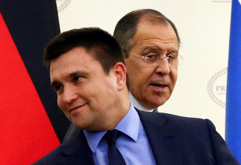 Russia's Foreign Minister Sergei Lavrov and his Ukrainian counterpart Pavlo Klimkin gather for talks on the crisis in eastern Ukraine, in Minsk, Belarus, November 29, 2016. REUTERS/Vasily Fedosenko