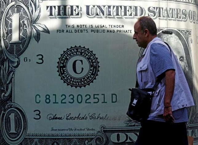 11月29日、終盤のニューヨーク外為市場では、ドルが円を除く主要通貨に対して下落。朝方発表された7─9月の米GDP改定値の上振れを受けたドル買いの流れは続かなかった。カイロで23日撮影(2016年 ロイター/Amr Abdallah Dalsh)