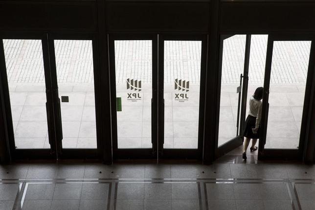 11月30日、寄り付きの東京株式市場で、日経平均株価は前営業日比48円99銭高の1万8356円03銭と反発した。東証で2015年6月撮影(2016年 ロイター/Thomas Peter)