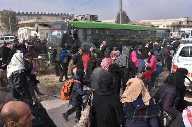 11月29日、シリア内戦の激戦地である北部アレッポで、反体制派が支配する市の東部から27日以降に住民約2万人が脱出した。赤十字国際委員会(ICRC)が29日明らかにした。アレッポで撮影。提供写真(2016年 ロイター/SANA)
