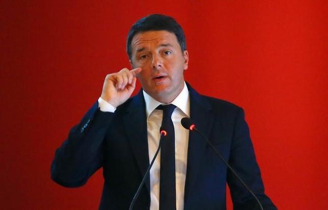 11月29日、イタリアで12月4日実施される憲法改正の是非を問う国民投票は、反グローバル化を標榜する勢力にとって、今年3度目の大勝利となりそうだ。写真は、否決されれば辞任すると明言している同国のレンツィ首相。南部カッシーノで24日撮影(2016年 ロイター/Tony Gentile)