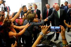 El presidente de Perú, Pedro Pablo Kuczynski, es saludado durante un encuentro con miembros de la comunidad peruana en Santiago durante su visita oficial a Chile. 29 noviembre 2016. Kuczynski dijo el miércoles que espera un crecimiento económico en su país del 4,5 por ciento en 2017, aunque esa cifra podría aumentar hasta un 5,0 por ciento en el mejor de los escenarios.  REUTERS/Luis Guillén /Cortesía de la Presidencia de Perú/Entregada vía Reuters