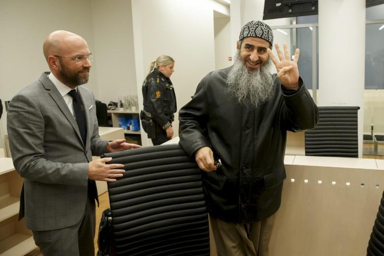 Mullah Krekar gestures next to lawyer Brynjar Meling (L) in Oslo's District Court, Norway, November 13, 2015. REUTERS/Cornelius Poppe/NTB scanpix