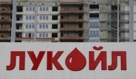 Логотип Лукойла на автозаправочной станции в Москве. Крупнейший в России частный нефтедобытчик Лукойл поддержит решение российского Минэнерго в рамках соглашений на саммите ОПЕК о мерах стабилизации цен на нефть, говорится в пресс-релизе Лукойла.  REUTERS/Maxim Shemetov