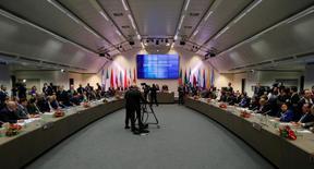 """Una vista general de la reunión de la OPEP en Viena, Austria, 30 de noviembre, 2016. La OPEP acordó el miércoles el primer recorte a su oferta de crudo desde 2008, dijo a Reuters una fuente del grupo, luego de que Arabia Saudita señalara su disposición a asumir """"una buena parte"""" de la reducción y accediera a que su rival Irán congele el bombeo en los niveles previos a sanciones internacionales. REUTERS/Heinz-Peter Bader - RTSTYZV"""