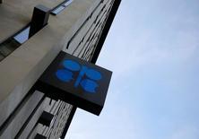 """En la imagen, el logo de la OPEP en su sede en Viena, el 24 de octubrte de 2016. La OPEP acordó el miércoles el primer recorte a su oferta de crudo desde 2008, dijo a Reuters una fuente del grupo, luego de que Arabia Saudita señalara su disposición a asumir """"una buena parte"""" de la reducción y accediera a que su rival Irán congele el bombeo en los niveles previos a sanciones internacionales.REUTERS/Leonhard Foeger"""
