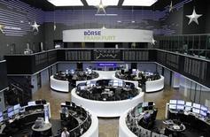 Las bolsas europeas se tomaban un respiro en las primeras operaciones del jueves tras subir la víspera a su nivel más alto en tres semanas. En la imagen, el parqué de Fráncfort el 29 de noviembre de 2016. REUTERS/Staff/Remote