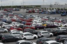 Les immatriculations de voitures neuves en France ont rebondi en novembre grâce aux nouveautés du groupe Renault et aux marques étrangères, plaçant le marché automobile français en bonne voie pour afficher en 2016 une hausse de 5% environ. Il s'est immatriculé le mois dernier 163.170 voitures particulières neuves dans l'Hexagone, soit une hausse de 8,5% en données brutes comme en données corrigées des jours ouvrables (CJO). /Photo d'archives/REUTERS/Benoit Tessier