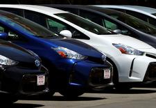 """En la imagen, tres Toyota Prius a la venta en Carlsbad, California, Estados Unidos, 2 de mayo 2016.  Los descuentos del """"Black Friday"""" impulsaron las ventas de autos en Estados Unidos en noviembre, que crecieron entre 4 y un 5 por ciento, de acuerdo a los reportes de las principales automotrices entregados el martes, lo que podría llevar a un resultado para todo el año mejor que el récord del 2015.REUTERS/Mike Blake"""