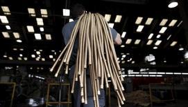 Em foto de arquivo, funcionário carrega cabos de cobre em instalação da metalúrgica Sociedade Paulista de Tubos Flexiveis (SPTF) em São Paulo, Brasil 20/04/2012 REUTERS/Nacho Doce/File Photo