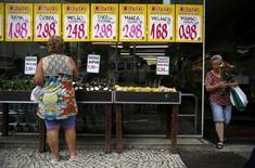 Mulher observa preços de alimentos em mercado no Rio de Janeiro, Brasil 21/01/2016  REUTERS/Pilar Olivares/File Photo