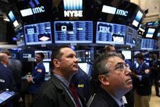 Трейдеры на Уолл-стрит. Резкое снижение технологического сектора оказало давление на индексы Nasdaq и S&P 500 в четверг, в то время как Dow сумел удержаться на плаву благодаря подъему банковских и энергетических акций. REUTERS/Lucas Jackson