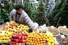 Женщина продает фрукты на уличном рынке в Тбилиси 16 декабря 2009 года. Инфляция в Грузии составила 0,6 процента в ноябре текущего года в месячном исчислении по сравнению с инфляцией в 0,5 процента в октябре, сообщила в пятницу Национальная статистическая служба. REUTERS/David Mdzinarishvili