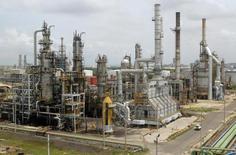 La foto de archivo muestra una vista general de una refinería en Cartagena, Colombia.La producción de crudo en el campo de Caño Limón, operado por la estadounidense Occidental Petroleum Corp en el noreste de Colombia, fue suspendida el viernes como consecuencia de una escalada de ataques de la guerrilla del ELN contra un oleoducto, informaron fuentes de la industria petrolera. REUTERS/Fredy Builes