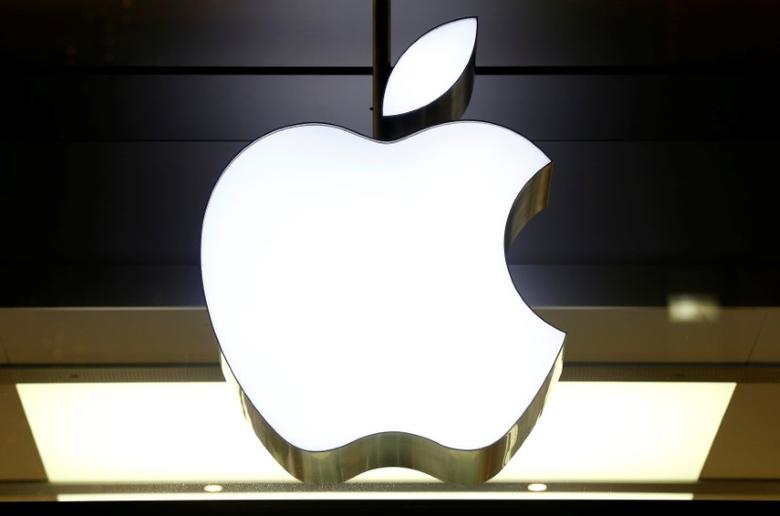The logo of Apple is seen at a store in Zurich, Switzerland November 22, 2016.    REUTERS/Arnd Wiegmann