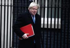 Gran Bretaña podría aportar fondos a iertos programas vinculados a la Unión Europea tras su salida del bloque, pero el país recuperará el control del dinero que envía actualmente a Bruselas, dijo el domingo el ministro británico de Asuntos Exteriores, Boris Johnson. En la foto, el ministro de Asuntos Exteriores en Londres el 29 de noviembre de 2016. REUTERS/Toby Melville