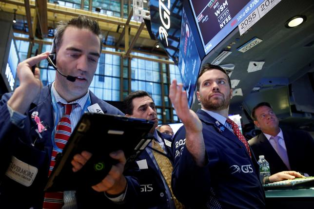 12月2日、今年は政策、経済状態、ファイナンスのすべてで潮目が一変した。こうした中で投資家は既に期待と不安を交えながら来年に目を向けつつある。写真は11月、ニューヨーク証券取引所のトレーダ―(2016年 ロイター/Brendan McDermid)