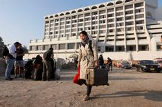 Un incendie dans un hôtel de luxe de Karachi, au Pakistan, a fait lundi au moins 11 morts et des dizaines de blessés. Le feu a pris dans une cuisine du rez-de-chaussée du Regent Plaza et les clients dans les étages supérieurs ont été pris au piège, affirme le journal en langue anglaise Dawn. /Photo prise le 5 décembre 2016/REUTERS/Akhtar Soomro