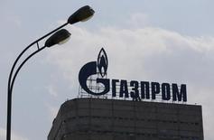 Логотип Газпрома на крыше офиса компании в Москве. Японские банки Mizuho Bank и Sumitomo Mitsui Banking Corp ведут переговоры о предоставлении кредитов на 800 миллионов евро ($845 миллионов) российскому нефтяному гиганту Газпрому, сказали источники, знакомые с ситуацией, в понедельник.  REUTERS/Maxim Shemetov