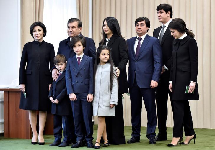 Uzbekistan's Prime Minister and interim President Shavkat Mirziyoyev (2nd L) and his family members pose for a picture at a polling station during a presidential election in Tashkent, Uzbekistan, December 4, 2016. REUTERS/Anvar Ilyasov/Pool