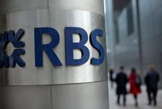 Personas caminan frente una oficina del Royal Bank of Scotland en Londres,Gran Bretaña, 6 de febrero, 2013.  Royal Bank of Scotland llegó a un acuerdo con la mayoría de los grupos de accionistas que acusaba haber sido engañados durante una recaudación de fondos en plena crisis financiera, pero aún debe lograr un trato con miles de inversores más pequeños.   REUTERS/Neil Hall/File Photo
