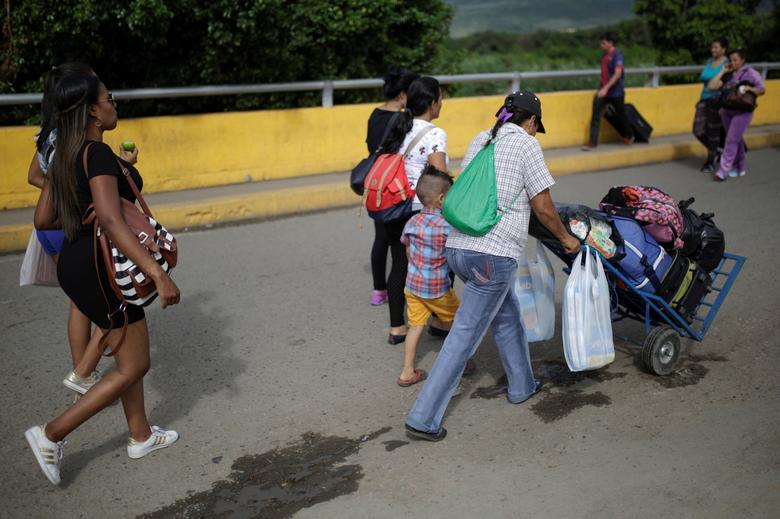 People cross to Venezuela over the Simon Bolivar international bridge after shopping in Cucuta, Colombia December 1, 2016. REUTERS/Marco Bello