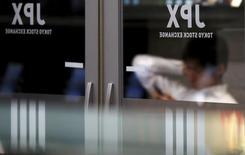 La Bourse de Tokyo a fini en hausse modérée mardi, interrompant une série de deux baisses consécutives, soutenue par des statistiques économiques américaines jugées encourageantes, qui ont calmé les inquiétudes liées à l'Europe après l'annonce de la démission du président du Conseil italien Matteo Renzi. Le Nikkei a terminé sur un gain de 0,47% à 18.360,54 points. /Photo d'archives/REUTERS/Toru Hanai