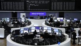 Los mercados europeos subían en la mañana del martes tras ceder levemente en la apertura, con un sector bancario al alza mientras los valores ligados a las materias primas limitaban las alzas tras una caída en los precios del crudo y los metales industriales. En la imagen, operadores en la Bolsa de Fráncfort, el 5 de diciembre de 2016.      REUTERS/Staff/Remote