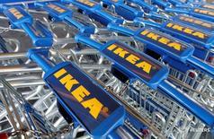 Тележки у магазина IKEA Group в Руасси-ан-Франс 29 февраля 2016 года. Суд в Смоленской области во вторник отменил решение о блокировке 9,3 миллиарда рублей на счетах российской дочки IKEA, сказала представитель суда во вторник. REUTERS/Jacky Naegelen/File Photo