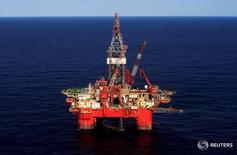 Глубоководная нефтяная платформа в Мексиканском заливе у побережья Мексики. Цены на нефть снизились во вторник после выхода данных об увеличении добычи в большинстве крупнейших стран-производителей, подогрев опасения о том, что избыток предложения на мировом рынке сохранится и в следующем году.    REUTERS/Henry Romero