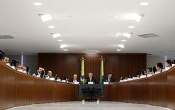 Presidente Michel Temer com líderes políticos durante apresentação das novas regras da reforma da Previdência, no Palácio do Planalto.     05/12/2016           REUTERS/Adriano Machado