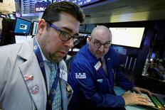 Operadores trabajan en el piso de la Bolsa de Nueva York. Imagen de archivo. 29 de noviembre de 2016. Las acciones subieron el martes en la bolsa de Nueva York lideradas por AT&T, Verizon y el sector bancario, que retomó su repunte post electoral y ayudó al promedio Dow Jones a establecer otro récord. REUTERS/Brendan McDermid
