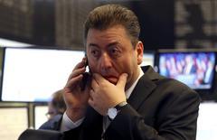 En la imagen, un operador en la Bolsa de Fráncfort, 9 de noviembre de 2016.Las acciones europeas deberían subir de manera sostenida a lo largo de 2017 pero los analistas son cautos ante posibles perturbaciones, luego de una serie de sorpresas políticas que elevaron la volatilidad este año.  REUTERS/Kai Pfaffenbach