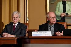 Ganhador do prêmio Nobel da Economia Oliver Hart (direita) durante evento em Estocolmo.       07/12/2016             TT NEWS AGENCY/Henrik Montgomery via REUTERS