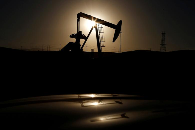 A pump jack is seen at sunrise near Bakersfield, California, U.S. on October 14, 2014.   REUTERS/Lucy Nicholson/File Photo