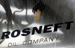 Rusia dijo el miércoles que vendió una porción minoritaria de la petrolera Rosneft por 10.500 millones de euros (11.300 millones de dólares) a Qatar y al intermediario de materias primas Glencore, desconcertando a quienes creían que la disputa del Kremlin con países occidentales alejaría a grandes inversores. En la imagen de archivo, el logo de Rosneft en su sede en Moscú el 18 de octubre de 2012.  REUTERS/Maxim Shemetov