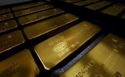Слитки золота на заводе Красцветмет в Красноярске. 24 октября 2016 года. Золотовалютные резервы РФ на прошлой неделе снизились до минимальных с конца марта значений и составили на 2 декабря $385,3 миллиарда. REUTERS/Ilya Naymushin