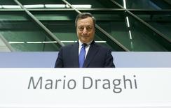 El Banco Central Europeo ha decidido mantener sin cambios sus tipos de referencia, incluyendo el de refinanciación del 0,0 por ciento, al tiempo que ha recortado de forma inesperada el volumen de su programa de compra de bonos a 60.000 millones de euros desde abril desde los 80.000 millones actuales. En la imagen, el presidente del BCE, Mario Draghi, en rueda de prensa en Fráncfort el 8 de diciembre de 2016.  REUTERS/Ralph Orlowski