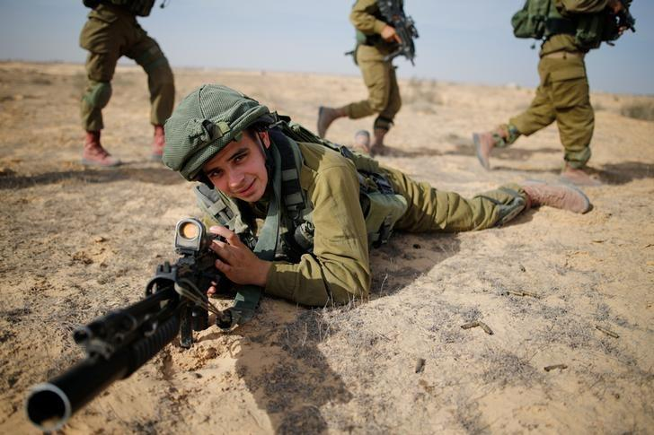 Saleh Khalil, 20, an Israeli Arab soldier from the Desert Reconnaissance battalion takes part in a drill near Kissufim  in southern Israel November 29, 2016. Picture taken November 29, 2016. REUTERS/Amir Cohen