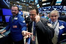 Трейдеры на Уолл-стрит. Основные фондовые индексы США вновь выросли в четверг и обновили рекорды, поддерживаемые данными, которые указали на стойкость рынка труда. REUTERS/Brendan McDermid