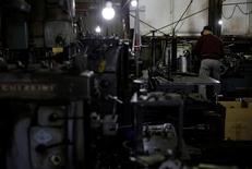 La confianza de las grandes compañías manufactureras de Japón en las condiciones económicas mejoró en el cuarto trimestre, aunque las empresas recortaron sus planes de gasto de capital para el actual año fiscal, lo que sugiere que aún mantienen la cautela sobre las futuras condiciones de negocios. En la imagen, un hombre trabaja en una fábrica que manufactura tuberías de hierro em la zona industrial Keihin en Kawasaki, Japón, el 16 de abril de 2013. REUTERS/Toru Hanai/File Photo