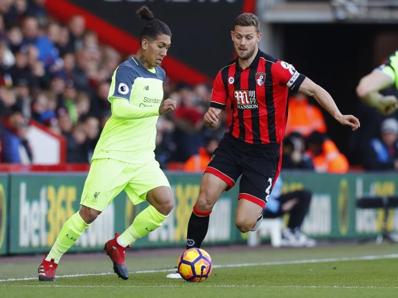 Liverpool's Roberto Firmino in action with Bournemouth's Simon Francis. AFC Bournemouth v Liverpool - Premier League - Vitality Stadium - 4/12/16. Reuters / Eddie Keogh Livepic