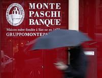 El Banco Central Europeo rechazó una petición por parte del atribulado banco italiano Monte dei Paschi de más tiempo para obtener capital, dijo una fuente el viernes, en una decisión que aumentará la presión sobre Roma para que rescate a la entidad. En la imagen, una mujer pasa junto a un logo de Monte Paschi en París el 9 de marzo de 2016.   REUTERS/Mal Langsdon