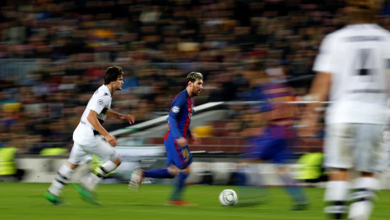 Barcelona's Lionel Messi vies for the ball against Borussia Moenchengladbach's Tobias Strobl.  FC Barcelona v Borussia Moenchengladbach - UEFA Champions League Group Stage - Group C - Camp Nou stadium, Barcelona, Spain - 6/12/2016. REUTERS/ Albert Gea
