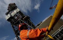 Un trabajador en la plataforma petrolera Centenario en Veracruz, México, ene 17, 2014. México probablemente contribuirá a los recortes de producción de petróleo de los países fuera de la OPEP en una reunión con los miembros del cartel prevista para el sábado, dijeron a Reuters dos fuentes.  REUTERS/Henry Romero