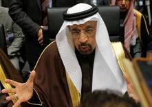 En la imagen, el ministro de Energía de Arabia Saudita, Khalid al-Falih, habla con los periodistas durante una reunion de la OPEP en Vienna, Austria, 30 de noviembre, 2016. Arabia Saudita anunció a sus clientes en Estados Unidos y Europa que reducirá su suministro de petróleo desde enero, mientras Rusia dijo que el compromiso de los productores ajenos a la OPEP de sumarse a los límites pactados por el cartel sigue enfrentando retos.REUTERS/Heinz-Peter Bader