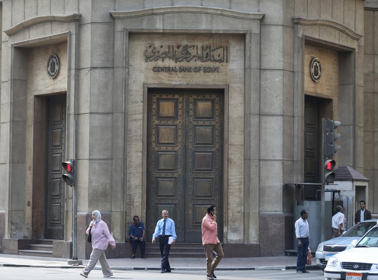 People walk in front of the Central Bank of Egypt's headquarters at downtown Cairo, Egypt, November 3, 2016. Picture taken Egypt, November 3, 2016. REUTERS/Mohamed Abd El Ghany